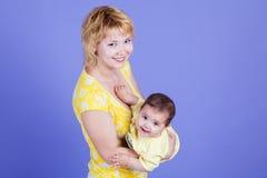 A mamãe abraça sua filha bonito imagens de stock royalty free