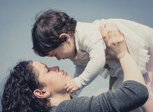 Mamãe e jogo pequeno do bebê foto de stock royalty free