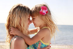 Mamãe e sua filha pequena na praia Fotos de Stock Royalty Free