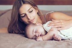 Mam3a con el bebé Imagenes de archivo