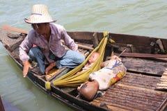 Mam con los niños en el lago Tonle imagenes de archivo