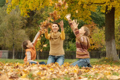 Mamá con los niños en parque Foto de archivo