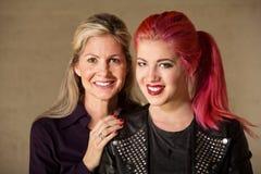Mamã e adolescente alegres Fotografia de Stock Royalty Free
