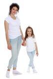 Mamã e filha em camisas do branco das calças de brim Imagem de Stock Royalty Free