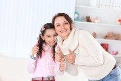 Mam? e filha que escovam seus dentes Foto com espa?o da c?pia foto de stock royalty free