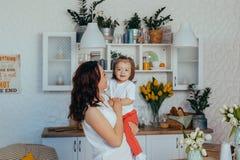 Mam? e hija en la cocina imágenes de archivo libres de regalías