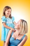 Mamá e hija felices en blanco Fotografía de archivo