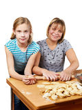Mamá e hija que preparan las bolas de masa hervida aisladas Foto de archivo