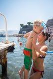 Mamá e hijo que juegan en el agua Foto de archivo