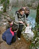 A mamã ensina a miúdos a orientação na natureza Fotografia de Stock Royalty Free