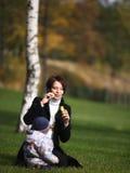 Mam et petit fils jouant sur la grace Image stock