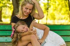 Mamã feliz e filha que têm o divertimento, família feliz Fotografia de Stock Royalty Free