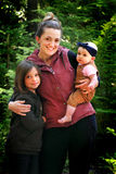 A mamã guarda crianças bonitos Fotografia de Stock