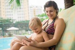 Mamá, hijo y panel táctil Imagen de archivo libre de regalías