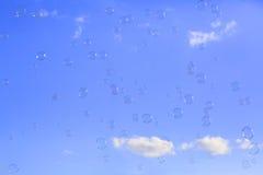 mam niebieskie nieba pływający mydła Zdjęcia Royalty Free
