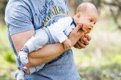 Mam novo com uma criança Fotografia de Stock Royalty Free