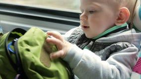 Mam sztuki z dzieckiem w chodzeniu trenują blisko okno Rastegivat suwaczka kieszeń na plecaku zdjęcie wideo