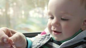 Mam sztuki z dziecko synem w chodzeniu trenują blisko okno Chłopiec jest na jego macierzystym ` s podołku zbiory wideo