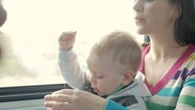 Mam sztuki z dziecko synem w chodzeniu trenują blisko okno Chłopiec jest na jego macierzystym ` s podołku zbiory