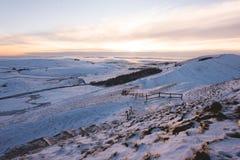 Mam tor som täckas i snö under solnedgång i det maximala området royaltyfri fotografi
