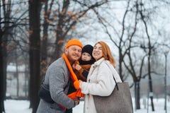 Mam? y beb? del pap? en el parque en invierno imagen de archivo libre de regalías