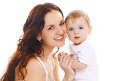 mamá y bebé sonrientes junto en un backg blanco Imagen de archivo
