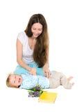 Mama łaskocze jego małego syna obrazy stock