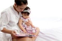 Mama bawić się pastylkę z jej dzieckiem Zdjęcia Stock