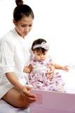 Mama bawić się pastylkę z jej dzieckiem Obrazy Royalty Free