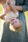 Mama bawić się z duduś córką obraz stock