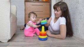 Mama bawić się z dzieckiem w barwiącym ostrosłupie zdjęcie wideo