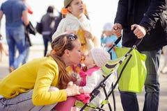 Mama bawić się z małą dziewczynką zdjęcia royalty free