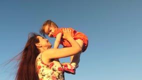 Mama bawić się z małym dzieckiem przeciw niebieskiemu niebu matka rzuca jej córki do nieba r zbiory wideo