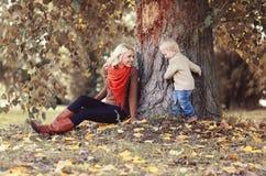Mama bawić się z syna dzieckiem w jesień parku obrazy stock