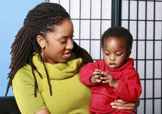 Mama, bebé y galleta Foto de archivo