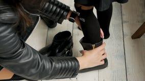 Mama bierze córka buty zbiory wideo