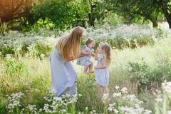 Mama ściska dwa córki outdoors Fotografia Royalty Free