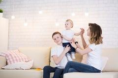Mama con dos niños fotos de archivo libres de regalías