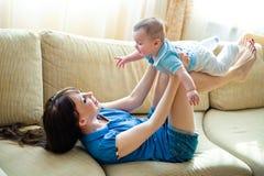 Mama con el bebé imagenes de archivo