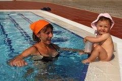 Mama con el bebé en la piscina imagen de archivo libre de regalías