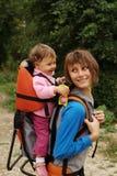 Mama con el bebé en el bosque Imagenes de archivo