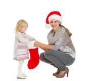 Mama con el calcetín de la Navidad de la explotación agrícola del bebé Foto de archivo
