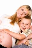 Mama con el hijo en el sofá Fotografía de archivo