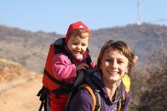Mama con el senderismo del bebé Fotografía de archivo