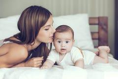 Mama con il bambino Immagini Stock Libere da Diritti