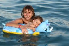 Mama con la natación del bebé Imagenes de archivo