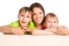 Mama con los cabritos en el sofá imagenes de archivo