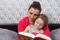 Mama czyta bajkę jej córka zdjęcie stock