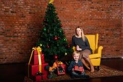 Mama daje dzieci bożych narodzeń prezentowi obrazy royalty free