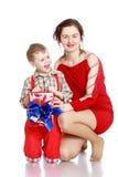 Mama daje synowi prezentowi fotografia stock